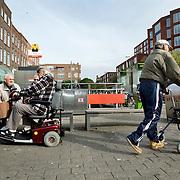 Nederland Rotterdam 10 oktober 2008 20081010 Foto: David Rozing ..Hangouderen zitten op bankje en maken een praatje met elkaar in achterstandswijk Delfshaven..Foto David Rozing