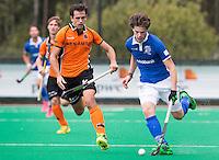 ROTTERDAM - HOCKEY - Lars Balk (r) van Kampong in duel met OZ-speler Niels van der Schoot (l) . finale ABN AMRO cup hockey tussen de mannen van Oranje Zwart en Kampong . Kampong wint van de landskampioen met 5-1.  COPYRIGHT KOEN SUYK