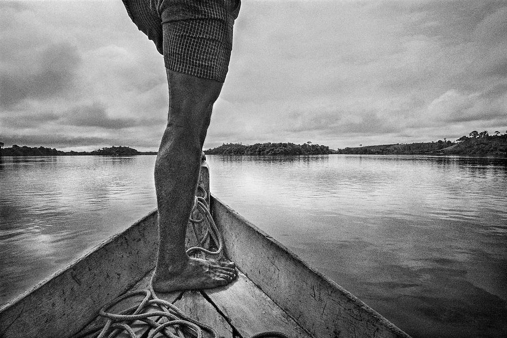 Brazil, Ressaca, rio Xingu, Para.<br /> <br /> Ravitaillement fluvial de la colonie miniere de Ressaca. La consommation electrique du Bresil se developpe et depasse la croissance de l'approvisionnement. Le gouvernement bresilien voient une solution au c&oelig;ur du bassin amazonien, source de puissance hydro&eacute;lectrique. Le Bresil acc&eacute;l&egrave;re des plans pour construire le troisi&egrave;me plus grand barrage du monde sur une courbe du fleuve de Xingu. Ce barrage augmentera la capacite hydroelectrique du pays de 15 %. Une aire de 400 km2 sera inondee. Les adversaires du projet de barrage maintiennent qu'il est economiquement inefficace, devasterait jungles, fleuves et faune, deracinerait indiens et colons, et empecherait la navigation.