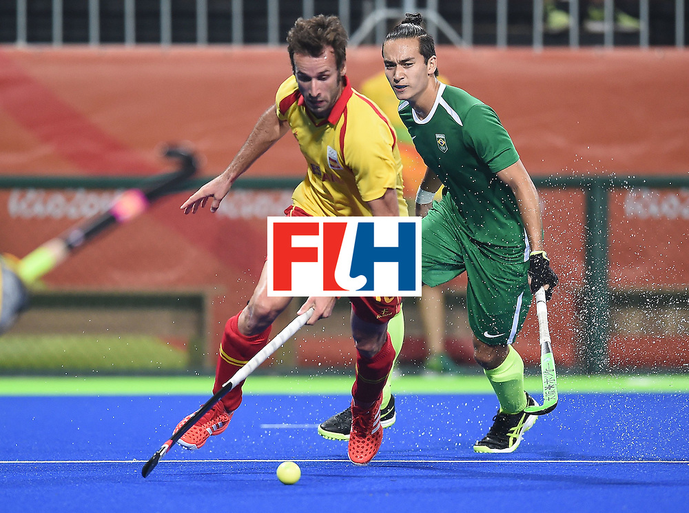 Brazil's Joaquin Lopez (R) and Spain's David Alegre fight for the ball during the men's field hockey Spain vs Brazil match of the Rio 2016 Olympics Games at the Olympic Hockey Centre in Rio de Janeiro on August, 6 2016. / AFP / MANAN VATSYAYANA        (Photo credit should read MANAN VATSYAYANA/AFP/Getty Images)