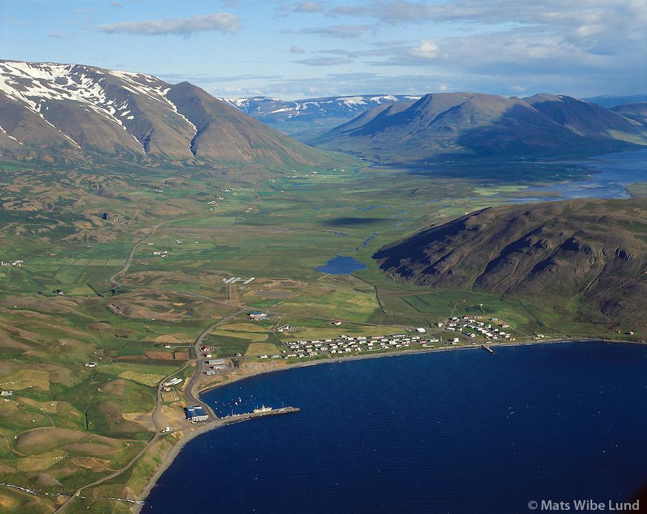 Grenivík, Grýtubakkahreppur i baksýni. seð til suðausturs. Loftmynd..Grenivik, Grytubakkahreppur farmingt district in background..Aerial.