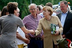 """Der Leiter des Museums """"Altes Zollhaus"""" in Hitzacker, Klaus Lehmann (Mitte), beim Besuch von Bundeskanzlerin Angela Merkel (CDU) und Ministerpräsident Stephan Weil (rechts neben Merkel) anlässlich des Jahrhunderthochwassers der Elbe im Juni 2013<br /> <br /> Ort: Hitzacker<br /> Copyright: Karin Behr<br /> Quelle: PubliXviewinG"""