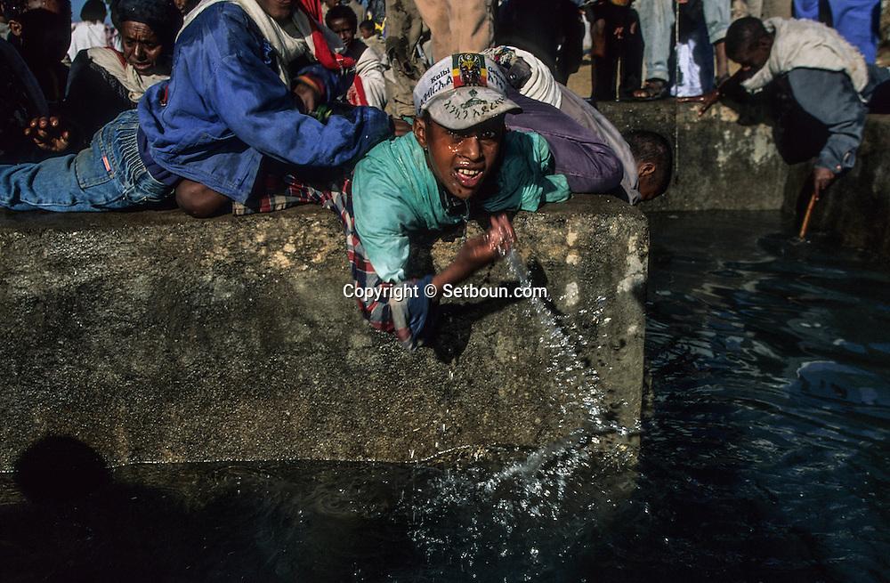 Ethiopia. Lalibela. baptism during Timkat (orthodox epiphany),      / Bapteme collectif pendant Timkat fete orthodoxe de l epiphanie,   Lalibela  Ethiopie