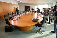 02 NOV 2005, BERLIN/GERMANY:<br /> Leerer Kabinettstisch vor Beginn der Kabinettsitzung des noch amtierenden rot-gruenen Kabinetts, Bundeskanzleramt<br /> IMAGE: 20051102-01-001<br /> KEYWORDS: Sitzung, Kabinett, Tisch, Konferenztisch