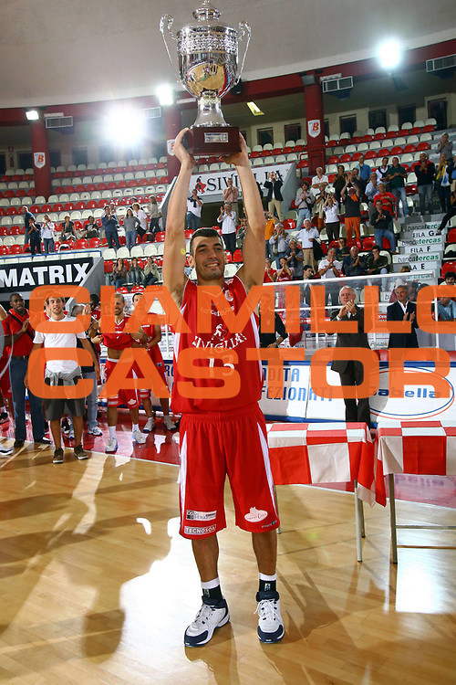 DESCRIZIONE : Teramo Lega A1 2007-08 Banca Tercas Cup Siviglia Wear Teramo Zalgiris Kaunas<br /> GIOCATORE : Gianluca Lulli Coppa<br /> SQUADRA : Siviglia Wear Teramo<br /> EVENTO : Campionato Lega A1 2007-2008 <br /> GARA : Siviglia Wear Teramo Zalgiris Kaunas<br /> DATA : 16/09/2007 <br /> CATEGORIA : Premiazione<br /> SPORT : Pallacanestro <br /> AUTORE : Agenzia Ciamillo-Castoria/M.Carrelli<br /> Galleria : Lega Basket A1 2007-2008 <br /> Fotonotizia : Teramo Campionato Italiano Lega A1 2007-2008 Banca Tercas Cup Siviglia Wear Teramo Zalgiris Kaunas<br /> Predefinita :