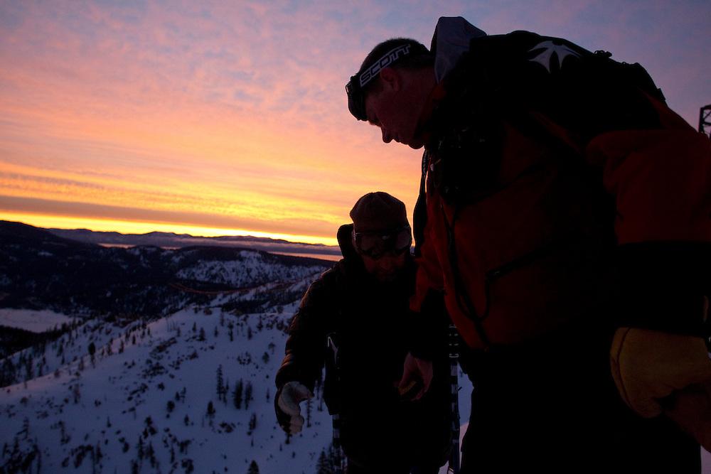 Traditionnal contrôle de l'Arva avant de descendre dans la face pour une inspection du manteau neigeux.