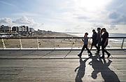 Nederland, Scheveningen, 18-9-2017Badplaats aan de Noordzee. In de nazomer wandelen mensen op het strand en de boulevard. De Pier en het Kurhaus zijn belangrijke toeristische attracties. Een gezin loopt op de pier.Foto: Flip Franssen