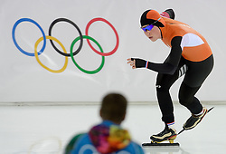 09-02-2014 SCHAATSEN: OLYMPIC GAMES: SOTSJI<br /> Antoinette de Jong klaar op haar 3000 meter<br /> ©2014-FotoHoogendoorn.nl<br />  / Sportida