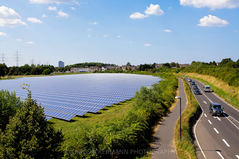 Europa, Deutschland, Nordrhein-Westfalem, Troisdorf, Solarpark Oberlar, mit einer Flaeche von 80.000 qm ist die Anlage eines der groessten Solarkraftwerke in Nordrhein-Westfalen. Die Gesamtleistung von 3,5 Megawatt versorgt etwa 1000 Haushalte in der Region mit Sonnenstrom. - <br /> <br /> Europe, Germany, North Rhine-Westphalia, Troisdorf, solar park Oberlar, with an area of 80.000 square meters, the plant is one of the largest solar power plants in North Rhine-Westphalia. The total capacity of 3,5 megawatts supplies 1000 households in the region with solar power.