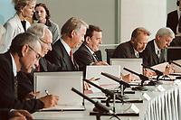 11 JUN 2001, BERLIN/GERMANY:<br /> Gerhard Goll, Vorstandsvors. Energie Baden, Dietmar Kuhnt, Vorstandsvors. RWE AG, Ulrich Hartmann, Vorstandsvorsitzender der E.ON AG, Gerhard Schroeder, SPD, Bundeskanzler, Juergen Trittin, B90/Gruene, Bundesumweltminister, und Werner Mueller, Bundeswirtschaftsminister, (v.L.n.R.) waehrend der Unterzeichnung einer Vereinbarung zwischen der Bundesregierung und den Kernkraftwerksbetreibern zur geordneten Beendigung der Kernenergie, Bundeskanzleramt, Willy-Brand-Strasse<br /> IMAGE: 20010611-03/01-26<br /> KEYWORDS: Energiekonsens, Atomkonsens, Kernkraft, Kernenergie, Konsens, Energieversorgungsunternehmen, Unterschrift, Gerhard Schröder, Jürgen Trittin, Werner Müller