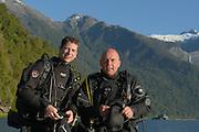 GEO-Redakteur Lars Abromeit (links) und GEO-Fotograf Solvin Zankl (rechts) beim Kaltwassertauchen im chilenischen Comau Fjord.<br /> Lars Abromeit, Jahrgang 1974, ist Redakteur und<br />Reporter der Zeitschrift »GEO« in Hamburg. Er begleitet<br />seit Langem wissenschaftliche Expeditionen<br />in Wüsten, Regenwäldern, Gebirgen – und oft auf<br />dem Meer. Er hat Rechtswissenschaften und Biologie<br />studiert und als freier Autor unter anderem in Australien<br />und auf den Maskarenen-Inseln gearbeitet.<br />Für seine Reportagen erhielt er zahlreiche Auszeichnungen,<br />darunter den »Henri-Nannen-Preis«.<br /> <br /> Solvin Zankl, studierter Meeresbiologe, ist seit<br />15 Jahren freier Naturfotograf. Er hat alle Weltmeere<br />bereist und lebt nun in Kiel. Seine Fotoreportagen<br />werden weltweit von führenden Magazinen veröffentlicht,<br />allen voran von »GEO«. Die Aufnahmen spiegeln<br />seine wissenschaftliche Sichtweise wider, der<br />er als Fotograf seinen Sinn für Ästhetik zur Seite<br />stellt. Zankls Fotografi en wurden mehrfach prämiert.<br />Er erhielt etwa den »Deutschen Preis für Wissenschaftsfotografi<br />e« und wurde vielfach bei der<br />»Wildlife Photographer of the Year Competition«<br />ausgezeichnet.