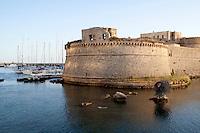 Castello angioino nel porto di Gallipoli. Visibile anche la discussa scultura rappresentante un riccio di mare che prima era collocata sul corso della cittadina salentina e ora invece è stata posta nelle acque del porto.