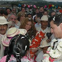 San Felipe del Progreso, Mex.- La cantante colombiana Shakira, acompañada del gobernador del Estado de México, Enrique Peña Nieto, visitaron esta tarde una comunidad indígena de la etnia mazahua, para realizar una donación de instrumentos y de dinero a la Fundación Pro Mazahua. Agencia MVT / Esteban Fabian. (DIGITAL)<br /> <br /> <br /> <br /> <br /> <br /> <br /> <br /> NO ARCHIVAR - NO ARCHIVE