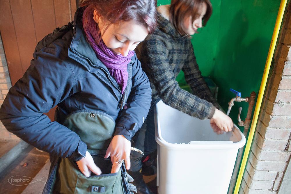 Traversetolo (Parma) - Diletta Bianchini e Jessica Ziveri preparano il cibo per il volo serale dei rapaci.