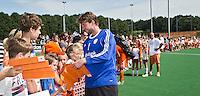 ALMERE - Jaap Stockman deelt handtekeningen uit  na de interland tussen de mannen van Nederland en Ierland (3-2) ter voorbereiding van het EK dat eind augustus in Londen wordt gehouden. COPYRIGHT KOEN SUYK