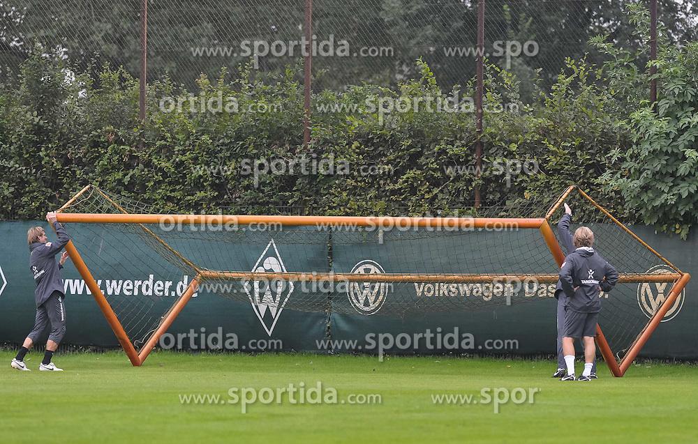 10.09.2010, Trainingsgelaende Werder Bremen, Bremen, GER, 1. FBL, Training Werder Bremen, im Bild Michael Kraft (Torwart-Trainer Werder Bremen, links), Thomas Schaaf (Trainer Werder Bremen, verdeckt) und Matthias Hönerbach / Hoenerbach (Co-Trainer Werder Bremen, rechts) stellen das Tor auf   EXPA Pictures © 2010, PhotoCredit: EXPA/ nph/  Frisch+++++ ATTENTION - OUT OF GER +++++ / SPORTIDA PHOTO AGENCY