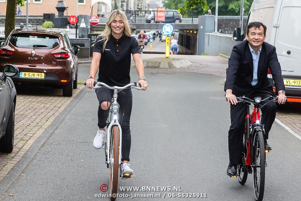 NLD/Amsterdam/20160614 - Contract ondertekening Besv e-bikes en Estavana Polman, met voorzitter Andy Su fietsend door Amsterdam