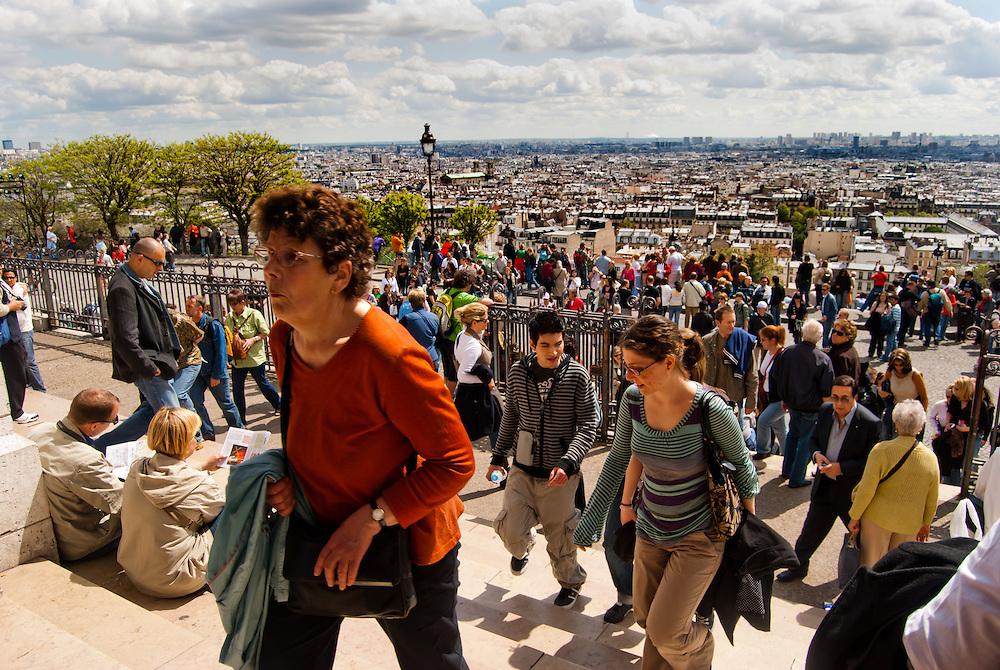 THE COLORS OF PARIS / LOS COLORES DE PAR&Iacute;S<br /> Par&iacute;s - Francia 2008<br /> Photography by Aaron Sosa<br /> <br /> Par&iacute;s es la capital de Francia y de la regi&oacute;n de Isla de Francia. Constituida en la &uacute;nica comuna unidepartamental del pa&iacute;s, est&aacute; situada a ambas m&aacute;rgenes de un largo meandro del r&iacute;o Sena, en el centro de la Cuenca parisina, entre la confluencia del r&iacute;o Marne y el Sena, aguas arriba, y el Oise y el Sena, aguas abajo.<br /> La ciudad de Par&iacute;s dentro de sus estrechos l&iacute;mites administrativos tiene una poblaci&oacute;n de 2.193.031 habitantes (2007).3 Sin embargo, durante el siglo XX, el &aacute;rea metropolitana de Par&iacute;s se expandi&oacute; m&aacute;s all&aacute; de los l&iacute;mites del municipio de Par&iacute;s, y es hoy en d&iacute;a la tercera ciudad m&aacute;s grande del continente europeo, con una poblaci&oacute;n de 11.836.970 habitantes (2007).<br /> La regi&oacute;n de Par&iacute;s (Isla de Francia) es, junto con Londres, el centro econ&oacute;mico m&aacute;s importante de Europa. Con 552,7 mil millones de euros (813,4 mil millones de d&oacute;lares), produjo m&aacute;s de una cuarta parte del Producto Interior Bruto (PIB) de Francia en 2008. La D&eacute;fense es el primer barrio de negocios de Europa,  alberga la sede social de casi la mitad de las grandes empresas francesas, as&iacute; como la sede de veinte de las 100 m&aacute;s grandes del mundo. Par&iacute;s tambi&eacute;n acoge muchas organizaciones internacionales como la Unesco, la OCDE, la C&aacute;mara de Comercio Internacional o el Club de Par&iacute;s.<br /> La ciudad es el destino tur&iacute;stico m&aacute;s popular del mundo, con m&aacute;s de 26 millones de visitantes extranjeros por a&ntilde;o. <br /> <br /> Paris is the capital and largest city in France, situated on the river Seine, in northern France, at the heart of the &Icirc;le-de-France region (or Paris Region, French: R&eacute;gion par