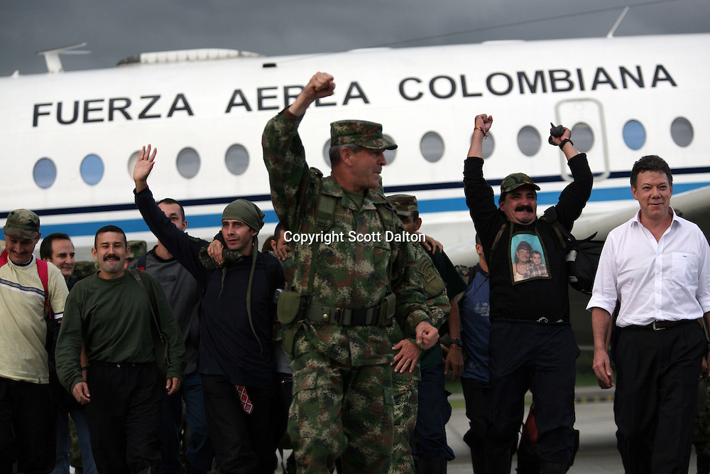 General Mario Montoya waves his hand in celebration at the airport in Bogotá as he leads some of the hostages that were freed in a rescue operation from FARC rebels on July 2, 2008. (Photo/Scott Dalton).