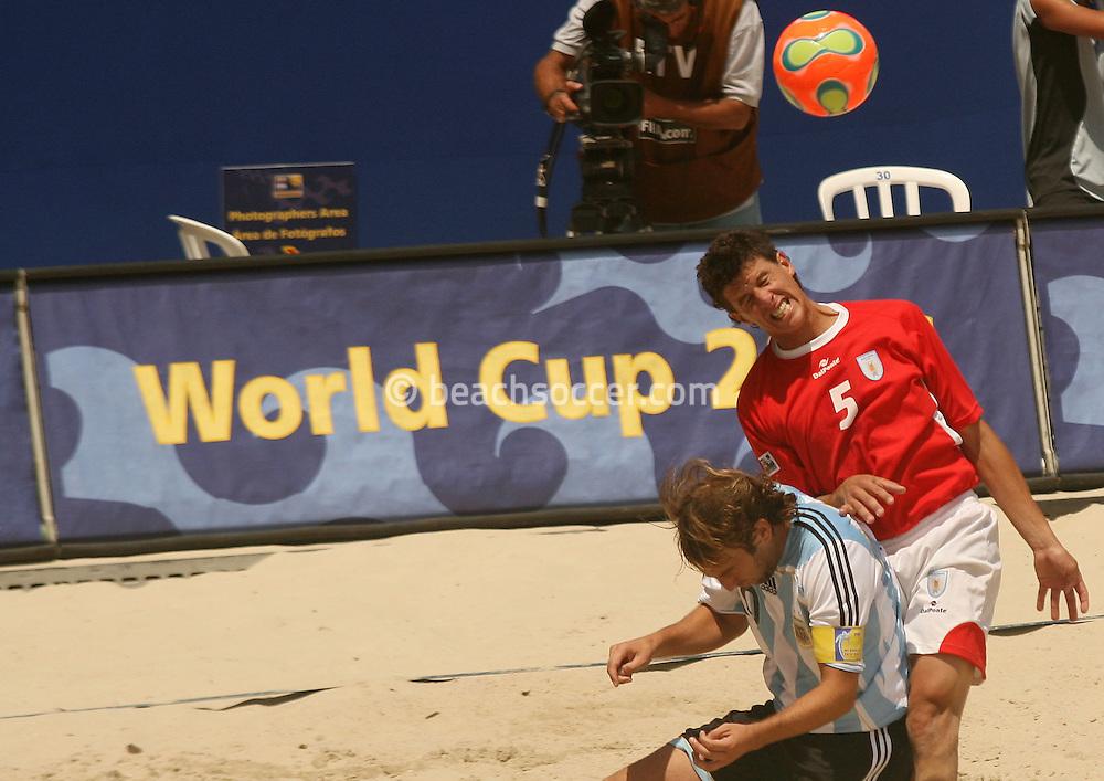 Football - FIFA Beach Soccer World Cup 2006 - Quarter Final - ARG X URU  - Rio de Janeiro - Brazil 09/11/2006<br />Ezequiel Hilaire (ARG) fights for the ball with Pampero (URU) match - Event Title Board Mandatory Credit: FIFA / Ricardo Moraes