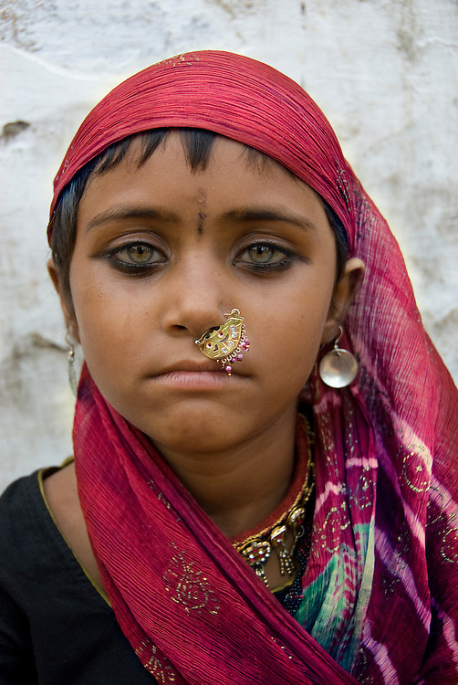 India (Rajasthan) - portrait of a gypsy girl (Bhopa) (Thar desert, Rajasthan, India)
