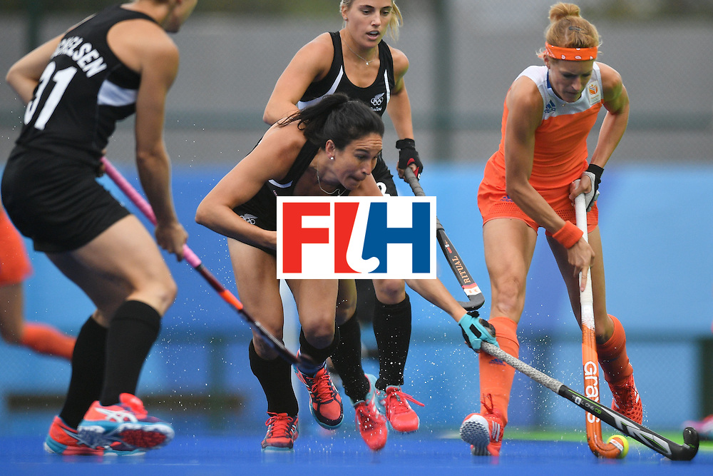 New Zealand's Kayla Whitelock (C) and Netherlands' Carlien Dirkse Van Den Heuvel vie for the ball during the womens's field hockey New Zealand vs Netherlands match of the Rio 2016 Olympics Games at the Olympic Hockey Centre in Rio de Janeiro on August, 12 2016. / AFP / Carl DE SOUZA        (Photo credit should read CARL DE SOUZA/AFP/Getty Images)