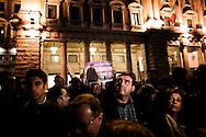 ROMA. ITALIANI ATTENDONO CON SLOGAN IN PIAZZA COLONNA LA NOTIZIA DELLE DIMISSIONI DEL PREMIER SILVIO BERLUSCONI; ROME. ITALIANS WITH SLOGAN IN COLONNA SQUARE IN FRONT OF THE GOVERNMENT PALACE WAITING THE  NEWS OF RESIGNATION THE PRIME MINISTER SILVIO BERLUSCONI;