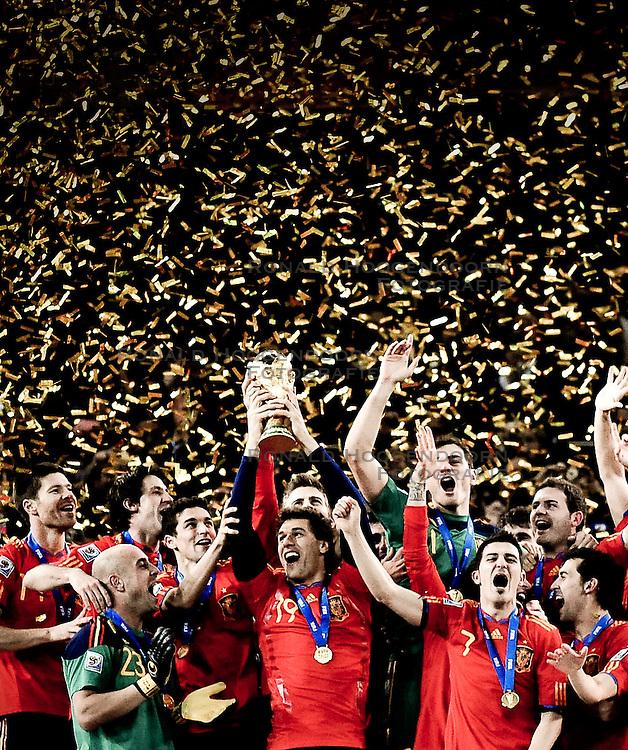 11-07-2010 VOETBAL: FIFA WK FINALE NEDERLAND - SPANJE: JOHANNESBURG<br /> Spanische Nationalmannschaft stemmt den WM Pokal in den Nachthimmel von Johannesburg<br /> EXPA Pictures © 2010 EXPA/ InsideFoto/ Perottino - ©2010-WWW.FOTOHOOGENDOORN.NL<br /> *** ATTENTION *** FOR NETHERLANDS USE ONLY!