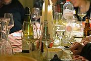 Nederland, Nijmegen, 1-1-2017In de nacht van oudjaar op nieuwjaar zit een vriendenclub bij elkaar en vieren nieuwjaar met drank en eten, hapjes.Foto: Flip Franssen