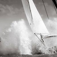 Skûtsje Huzum brûst door de golven van het IJsselmeer - SKS Skûtsjesilen zaterdag 6 augustus 2016 bij Stavoren.