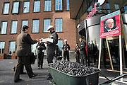Nederland, Den Bosch, 18-4-2007..Aktievoerders van Greenpeace delen stukjes zeep uit aan aandeelhouders van Essent als stimulans om tegen de voorgenomen bouw van een nieuwe kolencentrale te stemmen...Foto: Flip Franssen/Hollandse Hoogte