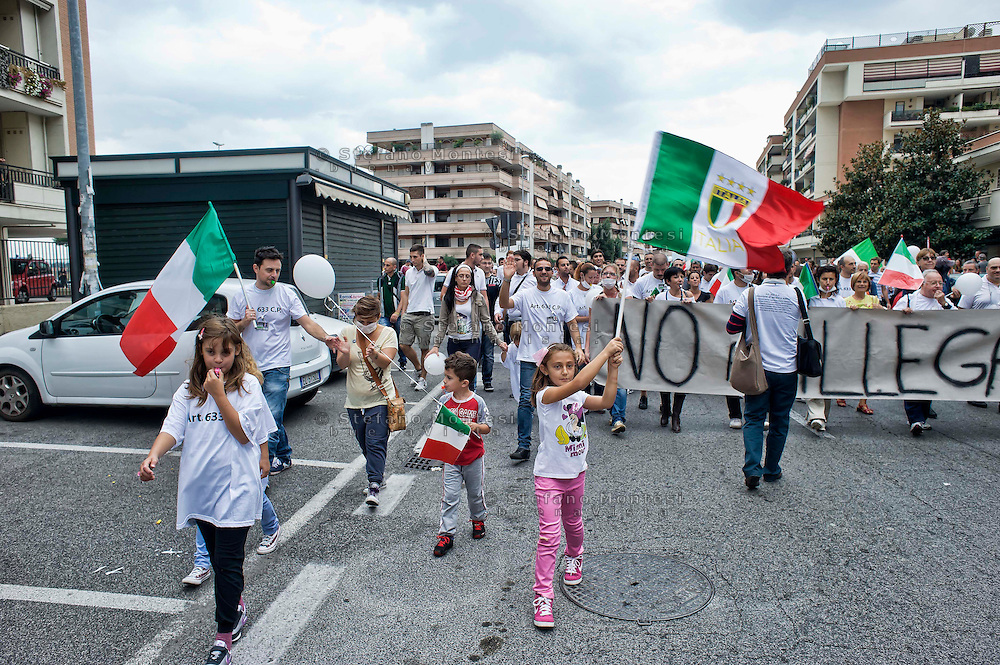 Roma 29 Settembre 2013<br /> Manifestazione della Associazione Volontari Sicurezza del quartiere  Ponte di Nona per la legalità, contro il vicino campo nomadi di Via Salone  e contro le occupazioni  abusive di immobili da parte di senza casa.<br /> Rome, 29th  September 2013<br /> Manifestation of the Volunteer Association of Security in  the district Ponte di Nona for the legality, against the nearby the gypsy camp of via Salone, and against the illegal occupation of buildings by  homeless.