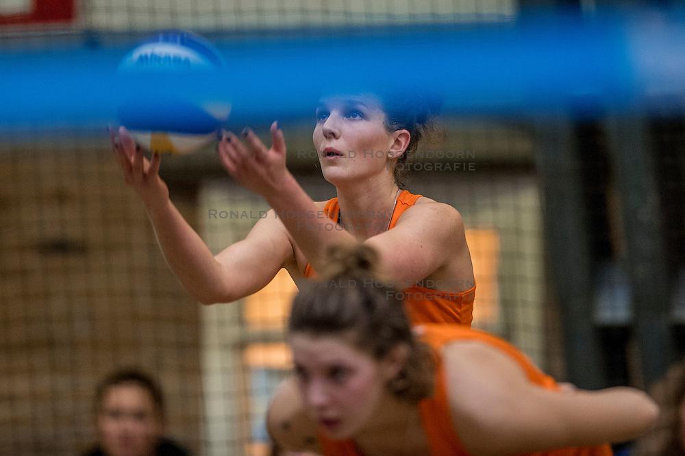 08-01-2017 NED: NK Beachvolleybal Indoor, Aalsmeer<br /> Jolien Sinnema #2/ Joy Stubbe #1