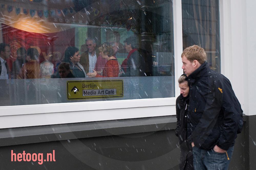 Hanna Belliot in gesprek tijdens de pauze van het PvdA lijsttrekkersdebat voor het europeesparlement terwijl voorbijgangers buiten langslopen. Enschede d.d. 30-11-2008..Aanwezig de vier kandidaten voor de functie van lijsttrekker: Hanna Belliot,Thijs Berman, Kris Douma en Jack Monasch..Verder aanwezig een aantal pvda-ers uit de lokale politiek en bar weinig geinteresserde burgers.