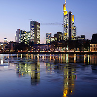 DEU , DEUTSCHLAND : Das Bankenviertel von Frankfurt am Main : links die Europaeische Zentralbank ( EZB ) , rechts die Commerzbank / Mainhattan. |DEU , GERMANY : The financial district of Frankfurt at Main river : at left European Central Bank ( ECB ) , at right Commerzbank / Mainhattan|. 06.02.2012. Copyright by : Rainer UNKEL , Tel.: 0171/5457756