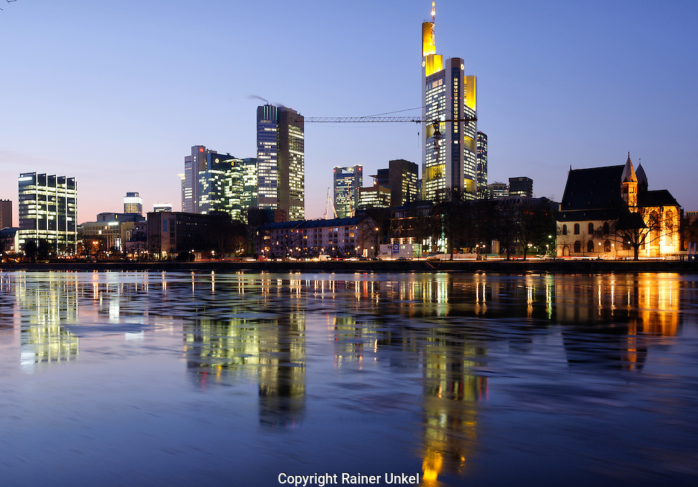 DEU , DEUTSCHLAND : Das Bankenviertel von Frankfurt am Main : links die Europaeische Zentralbank ( EZB ) , rechts die Commerzbank / Mainhattan. |DEU , GERMANY : The financial district of Frankfurt at Main river : at left European Central Bank ( ECB ) , at right Commerzbank / Mainhattan|. 06.02.2012. Copyright by : Rainer UNKEL , Tel.: 0171/5457756