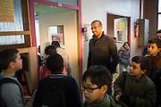 Leerlingen en meester Rachid Saguer staan  voor hun klaslokaal. De Ecole Primaire Romain Rolland, Bobigny, 5 km ten noorden van Parijs, heeft leerlingen van vele nationaliteiten. De laicite (religieuze neutraliteit) staat onder spanning na de recente aanslagen in Parijs. Enkele leerlingen praatten de aanslagen op de journalisten goed en hadden antisemitische uitspraken. De schooldirectie reageerde met speciale lessen over de aanslagen.