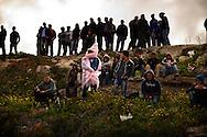 Lampedusa, Italia - 20 marzo 2011. Immigrati sbarcati sull'isola di Lampedusa si sono accampati sulle colline dell'isola in attesa di essere trasferiti in un centro di accoglienza temporaneo. Il CIE (Centro Identificazione ed Espulsione) dell'isola è al collasso e non può più accogliere immigrati..Ph. Roberto Salomone Ag. Controluce