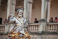 Lecce - Festeggiamenti in onore di Sant'Oronzo, San Giusto e San Fortunato. Statua di San Giusto e fedeli affacciati sulla balconata della residenza dell'arcivescovo aperta al pubblico per l'occasione.