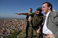24 AUG 2004, PRIZREN/KOSOVO:<br /> Franz Muentefering, SPD Partei- und Fraktionsvorsitzender,laesst sich von einem Offizier in die Lage einweisen, waehrend der Besichtigung eines Beobachtungspostens auf der Festung Prizren ueber der Stadt Prizren, im Rahmen des Besuchs des Deutschen Einsatzkontingents KFOR<br /> IMAGE: 20040824-01-057<br /> KEYWORDS: Franz Müntefering, Soldat