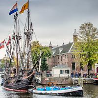Nederland, Amsterdam, 17 oktober 2016.<br /> Halve Maen On Tour langs zes VOC-steden<br /> Nederlands enige zeilende 17e-eeuwse replica, de Halve Maen, gaat On Tour. In de herfstvakantie vaart de Halve Maen van Hoorn naar de VOC-steden Enkhuizen, Amsterdam, Middelburg, Delft (Delfshaven) en Rotterdam. Het schip blijft in iedere stad enkele dagen liggen en is voor het publiek gratis te bezichtigen. Daarnaast is er in iedere haven een door de lokale geschiedenis ge&iuml;nspireerd programma. De tour start vrijdag 14 oktober in Hoorn en eindigt zondag 30 oktober in Rotterdam.<br /> Op de foto: De Halve Maen vaart via de Nieuwe Heregracht naar de Hermitage en meert daar aan waar het 2 dagen zal blijven liggen voordat het schip weer zal vertrekken.<br /> <br /> Netherlands, Amsterdam, October 17, 2016.<br /> 17th century sailing ship Halve Maen on tour along six VOC cities. In the autumn the Halve Maen sails from Hoorn to the VOC cities Enkhuizen, Amsterdam, Middelburg, Delft (Delfshaven) and Rotterdam. <br /> In the photo: The Half Moon sails through Nieuwe Herengracht  to the Hermitage in Amsterdam. <br /> <br /> Foto: Jean-Pierre Jans