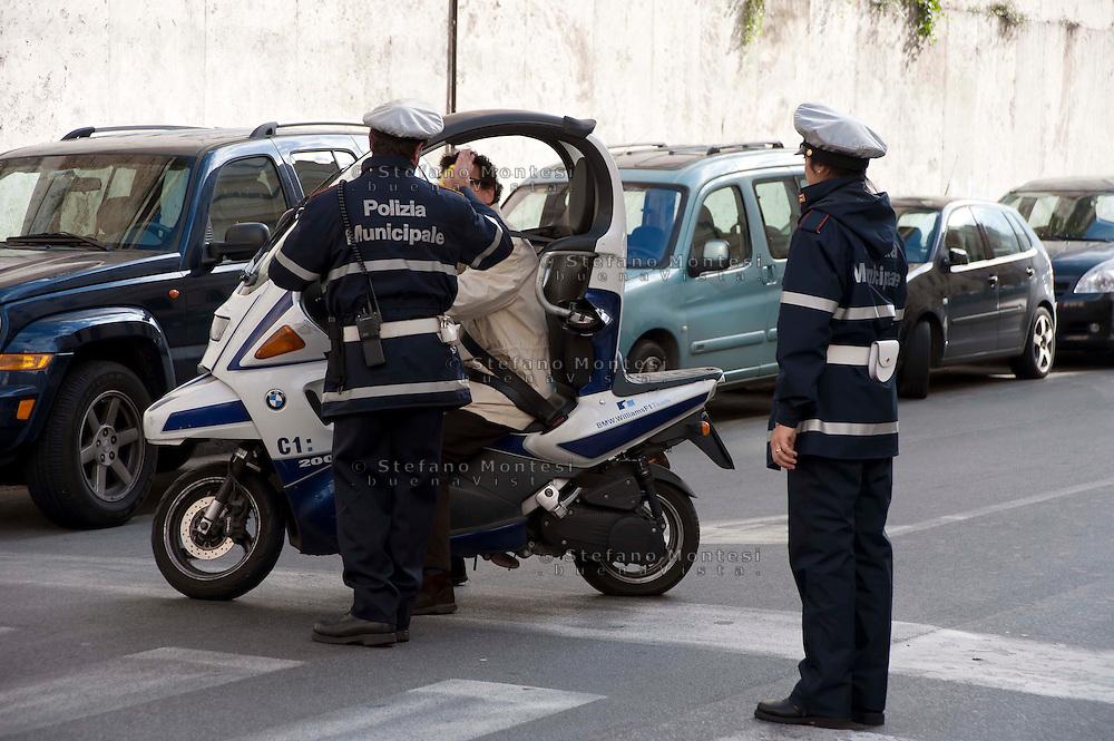 Roma  14 Novembre 2008.Agenti della polizia municipale  fermano un motociclista in via Cavour