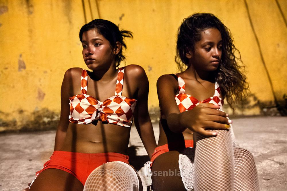 """Suellen Santos and Roberta Petraglia, 16 and 13, from the group of dancers """"As Desejadas"""" after a show in their neighborhood of Pavuna, Zona Norte of Rio de Janeiro // Suellen Santos et Roberta Petraglia, 16 et 13 ans, danseuses du groupe des """"Desejadas"""", après un show dans leur quartier de Pavuna, Zona Norte de Rio de Janeiro"""
