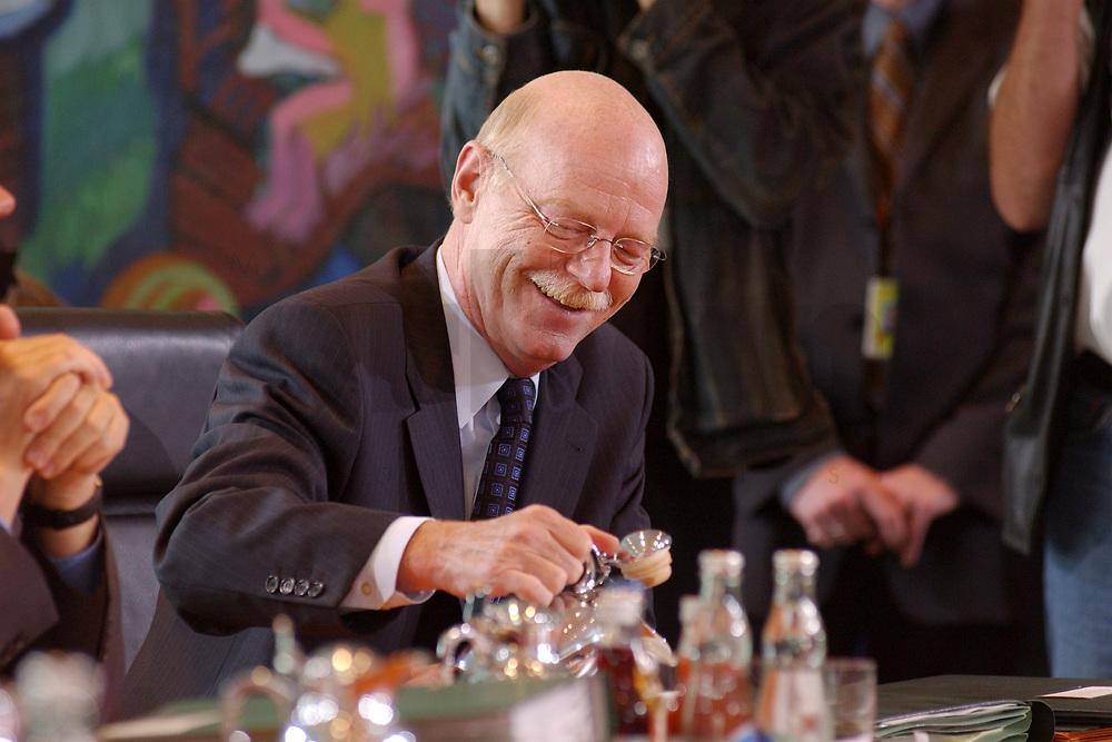 07 MAY 2003, BERLIN/GERMANY:<br /> Peter Struck, SPD, Bundesverteidigungsminister, schenkt sich einen Kaffee (oder Tee) ein, vor Beginn einer Kabinettsitzung, Bundeskanzleramt<br /> IMAGE: 20030507-01-013<br /> KEYWORDS: Kabinett, Sitzung, Getraenk, Getränk