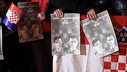 15.11.2012, Internationaler Strafgerichtshof, Haag, NED, Kerzen vor dem Haager Gericht fuer Croatische Generaele, im Bild Kroaten aus den Niederlanden und den Nachbarländern enzünden Kerzen vor der Internationalen Strafgerichtshof. Für morgen 9.00 Uhr werden am Internationalen Strafgerichtshof in Haag die Berufungsurteile über die Kroatischen Generäle Ante Gotovina und Mladen Markac verlesen. Mitte April vergangenen Jahres verurteilte das Haager Gericht beide Generäle wegen Kriegsverbrechen, dabei Verurteilte das Gericht Gotovina zu 24 Jahren und Markac zu 18 Jahren Gefängnis // Croats from Netherlands and neighboring countries lit candles in front of International Criminal Court for  generals Markac and Gotovina. Croatian Generals Ante Gotovina and Mladen Markac will find out tomorrow at 9am if their appeal has been successful when the Hague Court hands down its final verdict in their case. In mid-April last year, the Hague court sentenced the two Croatian generals for war crimes, with Gotovina receiving 24 years, and Markac 18 years in prison. Haag, Netherlands on 2012/11/15. EXPA Pictures © 2012, PhotoCredit: EXPA/ Pixsell/ Zeljko Lukunic..***** ATTENTION - OUT OF CRO, SRB, MAZ, BIH and POL *****