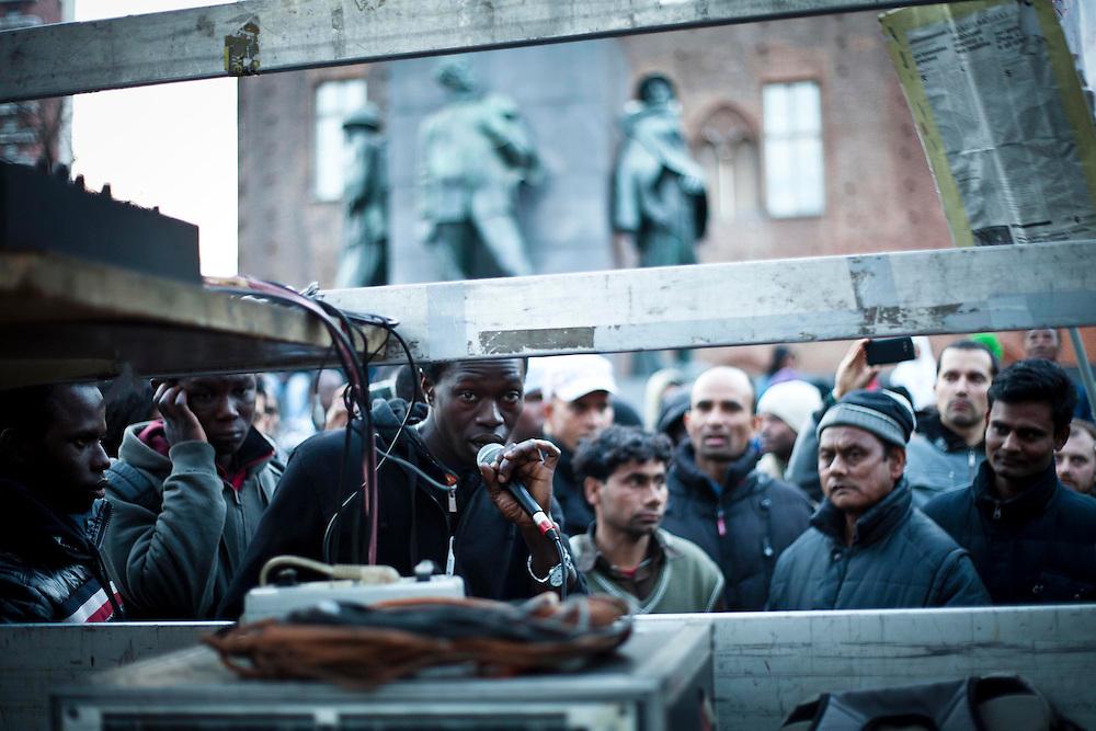 I manifestanti in piazza Castello dopo l'incontro tra la loro delegazione e la presidente della camera Laura Boldrini.<br /> Torino, 10-04-'13.