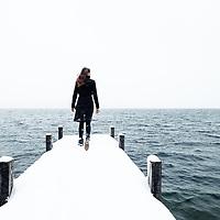 Junge Frau am verschneiten Starnberger See, Berg, Bayern, Deutschland.