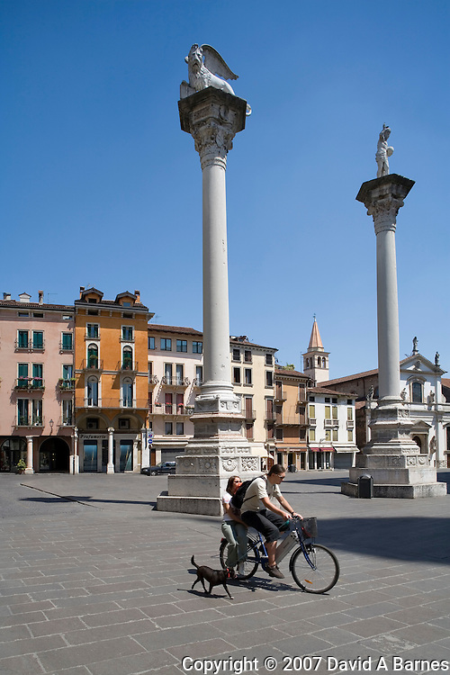 Columns with effigies of the Lion of St Mark and the Redeemer, Piazza dei Signori, Vicenza, Venetia, Italy