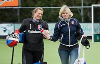 EINDHOVEN- HOCKEY - Na het overlijden van SCHC keeper Inge Vermeulen, enkele weken geleden,  staat keeper Floortje Engels (l)  in het doel en is de nieuwe coach, Nettie van Maasakker (r) bij Stichtse.   Competitie tussen de vrouwen van Oranje Zwart en SCHC (0-4) . COPYRIGHT KOEN SUYK