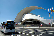 Spanien, Kanarische Inseln, Teneriffa..Santa Cruz, Konzerthalle Auditorio des Architekten Santiago Calatrava, Reisebus ..|..Spain, Canary Islands, Tenerife..Santa Cruz, concerthall auditorio by Santiago Calatrava, coach